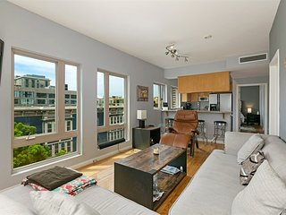 Downtown San Diego Gaslamp condo, King Bed! Upper Corner unit with Views