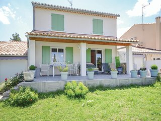 Awesome home in Uzes w/ 3 Bedrooms and WiFi