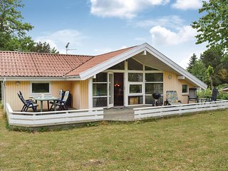 Amazing home in Dronningmølle w/ Sauna, WiFi and 3 Bedrooms (E03480)