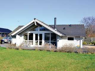 Beautiful home in Hadsund w/ Sauna and 3 Bedrooms