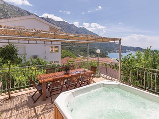 Amazing home in Podgora w/ Jacuzzi, WiFi and 4 Bedrooms