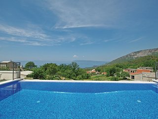 Amazing home in Tucepi w/ WiFi and 4 Bedrooms