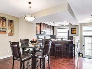 Gorgeous 3BR Townhouse Easy Access to Rockies & DT