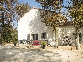 Beautiful home in Narbonne w/ WiFi and 2 Bedrooms (FLA148)