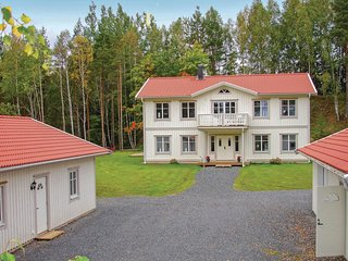 Nice home in Jonkoping w/ Sauna and 5 Bedrooms