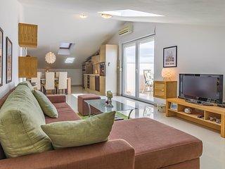 Beautiful home in Liznjan w/ WiFi and 3 Bedrooms (CIZ329)