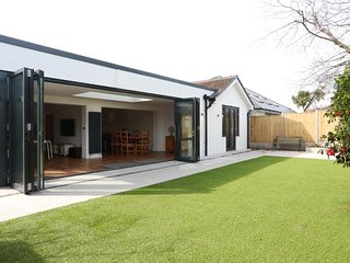 BOURNECOAST: MODERN BUNGALOW - IDEAL FOR FAMILIES - LARGE BIFOLD DOORS - HB5811