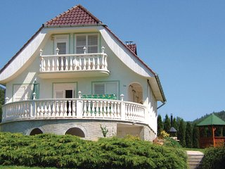 Amazing home in Vonyarcvashegy w/ 4 Bedrooms