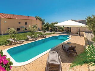 Stunning home in Kastel Stari w/ WiFi, 6 Bedrooms and Jacuzzi