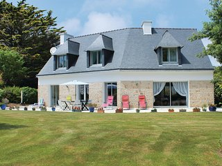 Beautiful home in Fouesnant w/ WiFi and 4 Bedrooms