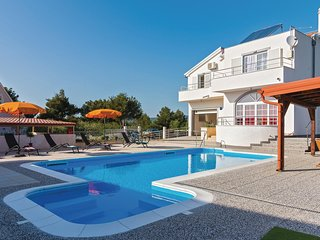 Stunning home in Brodarica w/ Jacuzzi, WiFi and 4 Bedrooms