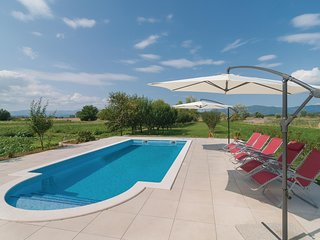 Awesome home in Otok Dalmatinski w/ WiFi and 5 Bedrooms