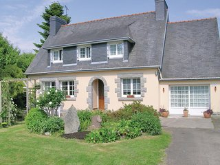 Awesome home in Gouesnach w/ 4 Bedrooms and WiFi