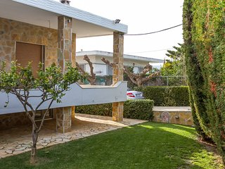 Spacious home with garden in Marathonas