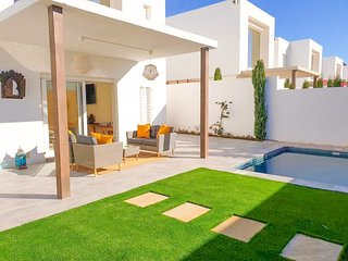 Luxury 3 bed Villa w/ private pool & only 400m to the beach