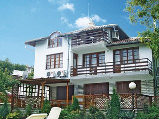 Nice home in Balchik w/ 5 Bedrooms and Outdoor swimming pool