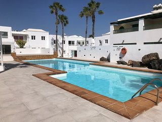 Seabreeze ,Stunning Penthouse, Pool, 1min to Golden Sand Beach/Bars/Shops, Wifi