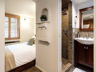 Central PHX Guest House with Luxury Bath, Chef Kitchen and Private Courtyard
