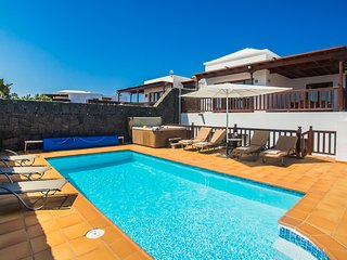Lovely spacious villa with heated pool, jacuzzi, sea/mountain views, full aircon