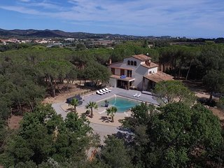 5 bedroom Villa with Pool, WiFi and Walk to Shops - 5691236