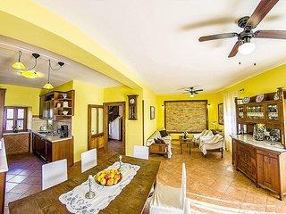 Sumartin Villa Sleeps 9 with Pool - 5777295