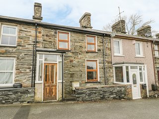25 TYN Y MAES, family friendly, country holiday cottage, with a garden in Llan