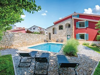 Amazing home in Umag w/ WiFi and 5 Bedrooms