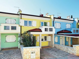 Beautiful home in Umag w/ 4 Bedrooms (CIU486)