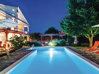 Awesome home in Sv.Filip i Jakov w/ WiFi and 6 Bedrooms
