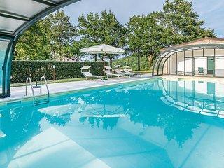 Casa con piscina e vista su bosco e valle