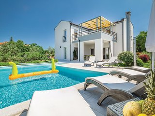 Awesome home in Stinjan w/ Jacuzzi, WiFi and 4 Bedrooms (CIP925)