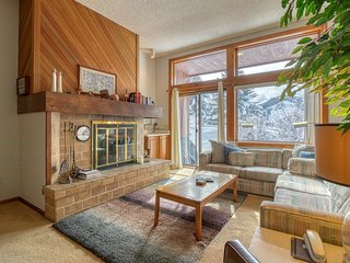 Cozy alpine escape with shared hot tub near Nottingham Lake!