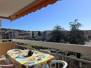 1 bedroom Apartment with Walk to Beach & Shops - 5777330