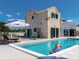 Beautiful home in Zaton w/ Jacuzzi, WiFi and 4 Bedrooms