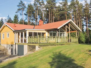 Awesome home in Lidhult w/ 4 Bedrooms