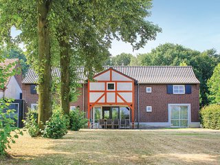 Stunning home in Overloon w/ WiFi, 6 Bedrooms and Sauna (HNB056)