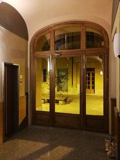 In fondo all'ingresso troverete l'ascensore sulla sinistra e davanti a voi l'area cortilizia.