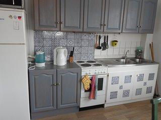 Kitchenette:4 plaques élec - four -toute la vaisselle-casseroles-cocottes