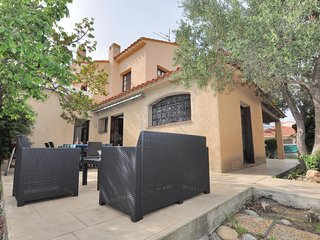 Stunning home in Canet Plage w/ 3 Bedrooms and WiFi