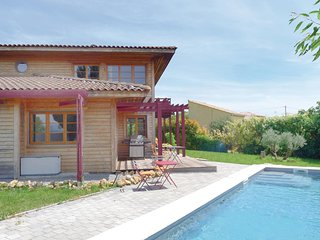 Awesome home in Thezan-les-Beziers w/ 3 Bedrooms