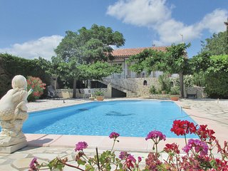 Beautiful home in Creissan w/ WiFi, Outdoor swimming pool and 3 Bedrooms