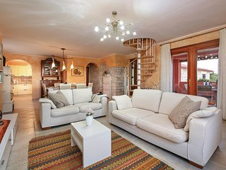 Awesome home in Galizana w/ WiFi and 3 Bedrooms