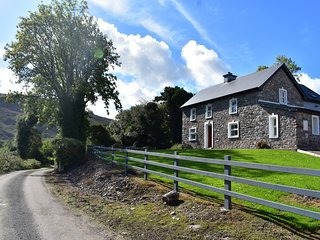 OAK WOOD HOUSE, detached, wonderful views, en-suite, stoves, garden, Kenmare