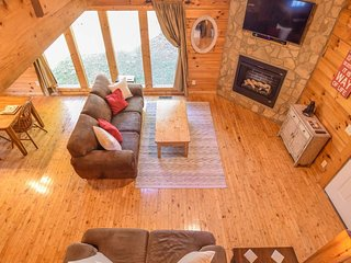 2BR/2Bth LUXURY CABIN! Sleeps 6 -  5 miles to Dollywood - 10 mile to Gatlinburg