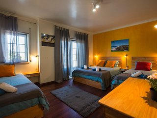 15 minutes by walking distance to supertubos beach Almagrira room