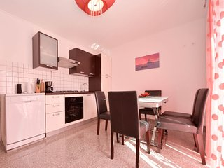 2 bedroom Apartment with Air Con, WiFi and Walk to Beach & Shops - 5777677