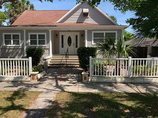 Cute Bungalow 3 minutes from downtown St Pete!