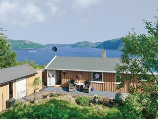 Awesome home in Farsund w/ Jacuzzi, 4 Bedrooms and WiFi