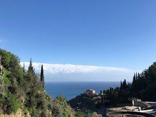 Casa vacanza 'Ilenia'-Taormina- appartamento con terrazzo e piscina condominiale