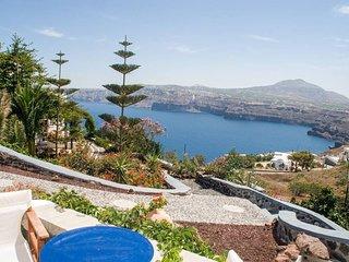 Santorini Akrotiri studio, shared pool and view 2